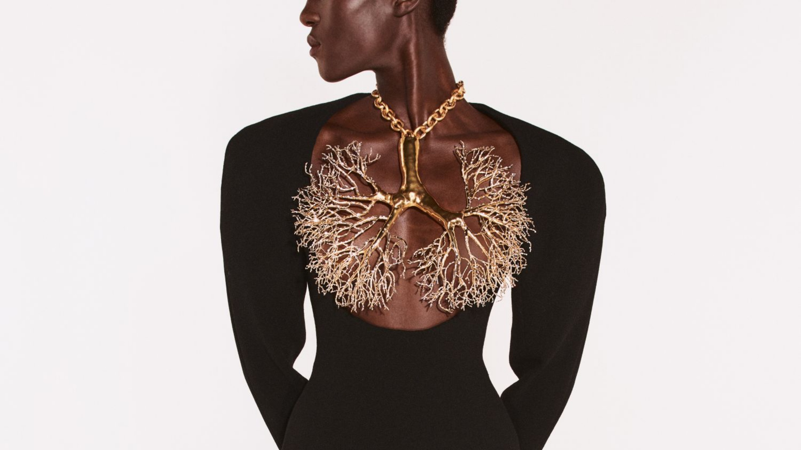 10-large-necklaces-inspired-by-bella-hadid's-viral-look